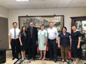 MCU代表团的Kurdyumov教授(中)访问台湾大学